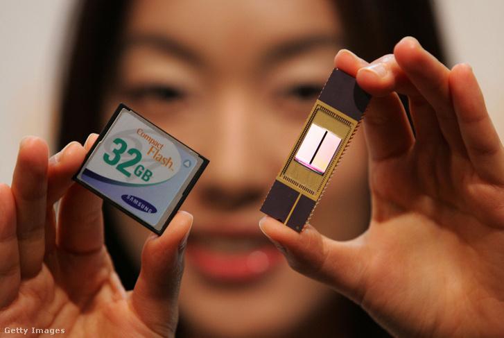 Samsung Electorincs 32 GB NAND memóriacsipje (jobbra) és egy CF kártya (balra) a NAND bemutatóján 2006. szeptember 11-én