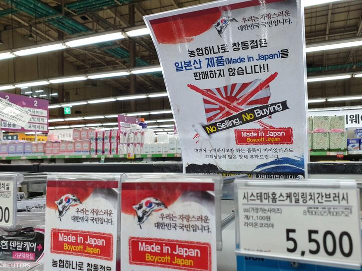 Bolti plakát a japán termékek bojkottjáról Szöulban 2019. július 12-én