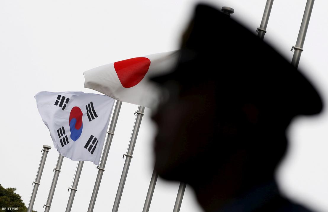 Japán és dél-koreai zászló a Tokióban található nagykövetség épülete közelében
