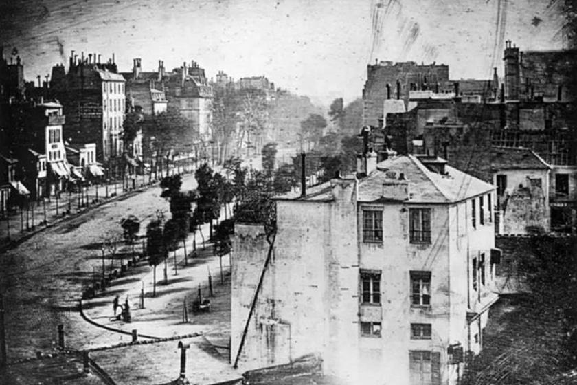Ez a párizsi látkép volt Daguerre első munkája 1838-ban. Állítólag ez az első fénykép az emberről. Az utcasarkon valaki felteszi a lábát, a másik valószínűleg a cipőjét pucolja.