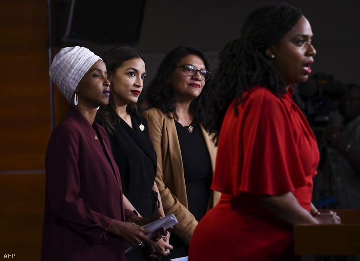Ayanna Pressley beszél az Ilhan Abdullahi Omar, Alexandria Ocasio-Cortez és Ayanna Pressley és Rashida Tlaibbal tartott sajtótájékoztatón a washingtoni Capitol Hillben 2019. július 15-én