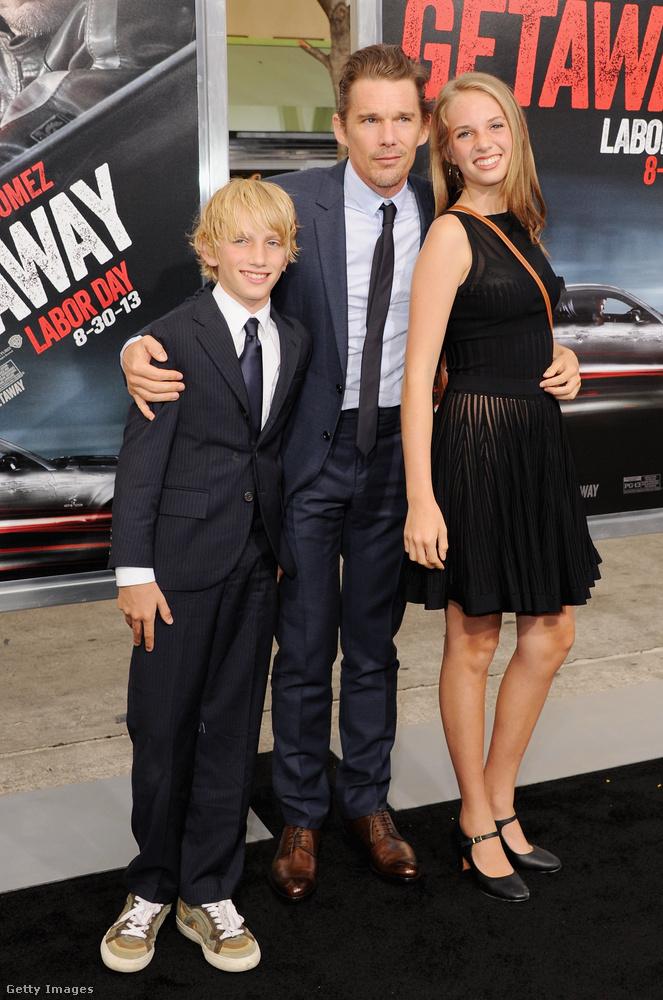 Maya Hawke édesapja Ethan Hawke, aki már   akkor a vörös szőnyegre cipelte a lányát, amikor ő még csak 15 éves volt