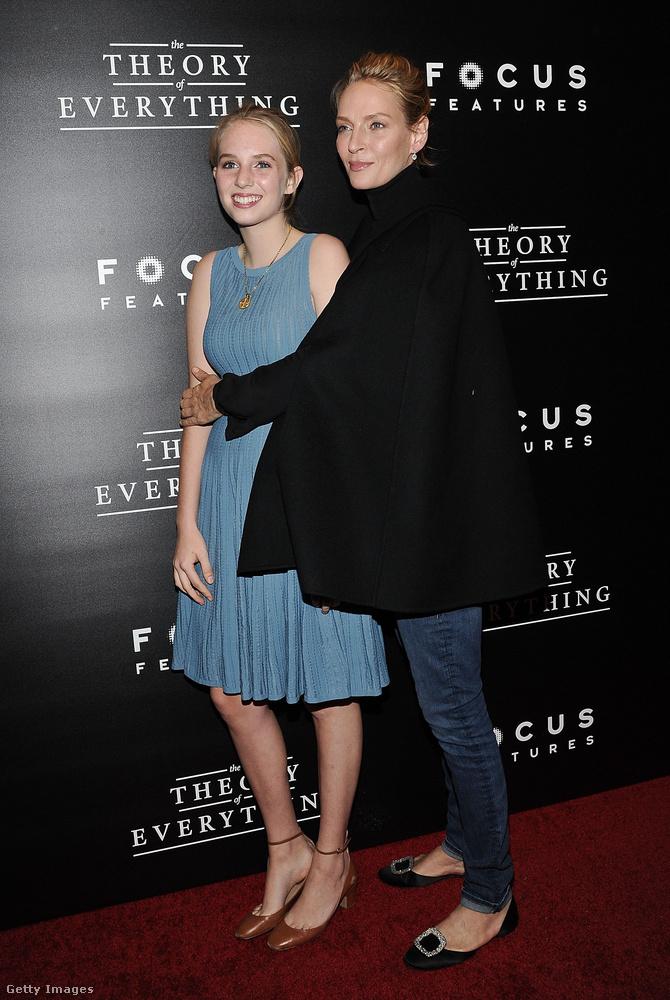 Uma Thurman szinte már kínosan ölelgeti lányát egy másik alkalommal a vörös szőnyegen, akit az arckifejezéséből ítélve annyira nem zavar a szituáció (vagy csak nem meri jelét adni)