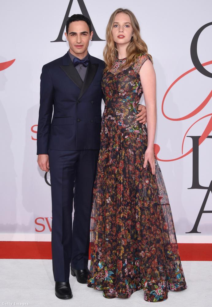A képen Zac Posen divattervezővel láthatja Maya Hawke-t, úgy tippeljük, a színésznő ruháját is ő tervezte