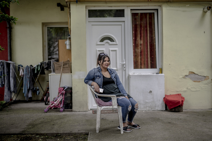 Jenna a lakása előtt.
