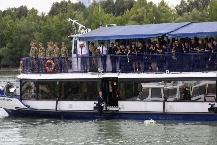 Koszorú a Dunában a dunai hajóbaleset két magyar áldozatának, a Hableány kapitányának és matrózának búcsúztatásán a Margit hídnál 2019. július 12-én.