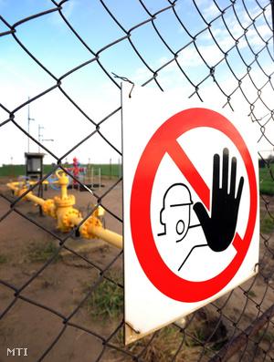 Tiltó tábla a TIGÁZ Zrt. Debreceni Üzemigazgatóságának 122-es számú gázkútjának kerítésén Hajdúszoboszló határában.