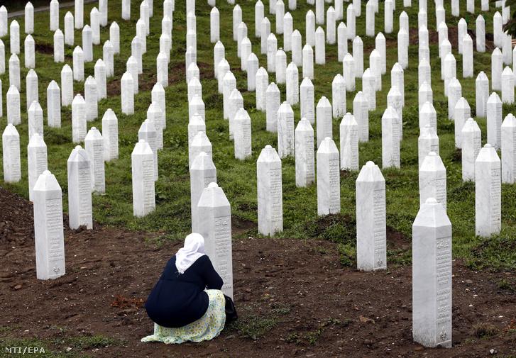 Boszniai muzulmán asszony imádkozik a srebrenicai tömegmészárlás áldozatainak temetőjében a Szarajevótól 150 kilométerre, északkeletre fekvő Srebrenica melletti Potocariban 2019. július 11-én, a vérengzés 24. évfordulóján. Ezen a napon 33 frissen azonosított holttestet temettek el a sírkertben.