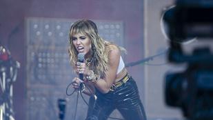 Miley Cyrus földön fekve twerkelt a tükör előtt, majd kockahasat villantott