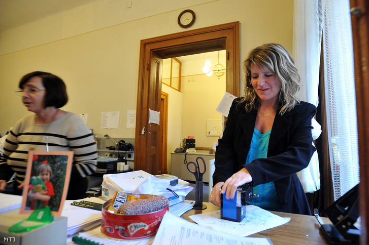 Vicai Erika négyszeres világbajnok gyorsíró ceruzát hegyez a parlamenti gyorsírók irodájában.