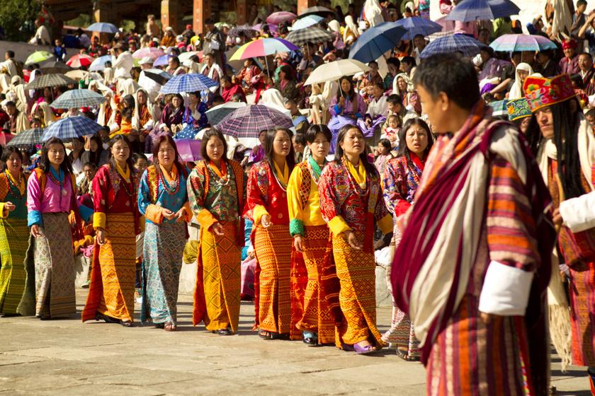 Bhutáni nők népviseletben egy Timpu városában rendezett vallási ünnepen.