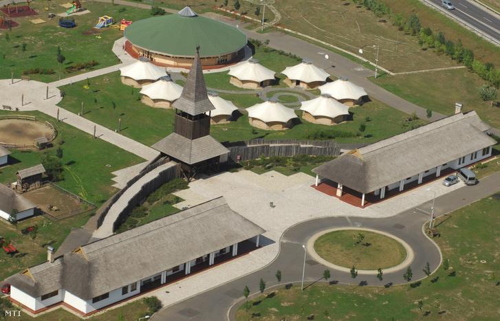 Az Archeopark elnevezésű múzeumfalu jurtaszerű épületekkel a település határában, az M3-as autópálya mellett