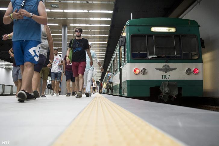 Utasok szállnak le egy HÉV-szerelvényről a Batthyány téri végállomáson