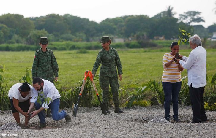 Lopez Obradur mexikói elnök és Nayib Bukele El Salvador elnöke, közösen ültetnek fát Mexikó és Puerto de Chiapas között az új migrációs terv részeként 2019. június 20-án