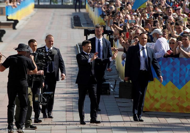 Volodimir Zelenszkij üdvözli a tömeget elnöki beiktatásának napján 2019. május 20-án.