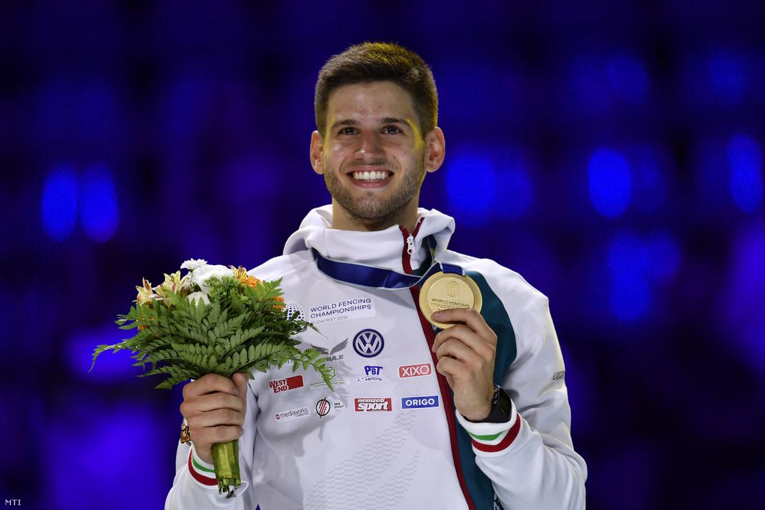 Az aranyérmes Siklósi Gergely a vívó-világbajnokság férfi párbajtőr versenyének eredményhirdetésén a budapesti BOK Csarnokban 2019. július 19-én
