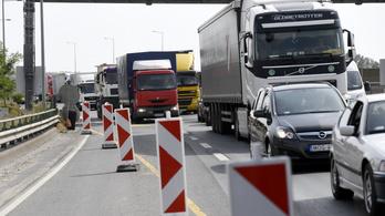 Lépésben haladnak az autók az M7-esen Balatonvilágosnál