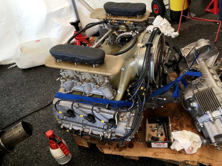 Ez is egy Porsche 904 blokk, itt is nyitottak a karburátorok, és ennél se szeretné senki, ha csavarok, kisebb madarak, vagy egy fél szalámis szendvics belepottyanna. Csak ők a duct tape helyett a műbőrből varrt, gumírozott szájú takaróra esküsznek