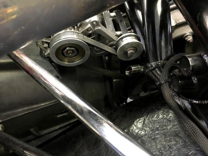 Sok versenyautón lehetett látni, hogy a generátort nem a motorra szerelték, hanem a hátsó tengelyről volt meghajtva. Így persze álló autónál semmi töltés nincsen, hiszen ilyenkor nem forog a generátor, de például nem vesz el helyet a motortérben