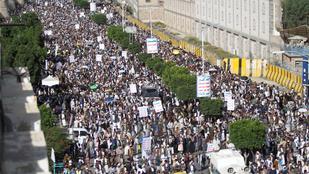A szaúdi koalíció újabb légicsapásokat mért a jemeni fővárosban a húszikra