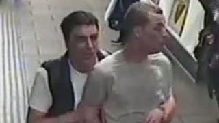 A rendőrség közzétette a térfigyelő kamerák felvételeit a két férfiról.