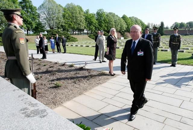 Hende Csaba magyar honvédelmi miniszter a visegrádi csoport országai védelmi miniszteri találkozójának résztvevőivel megkoszorúzza az áldozatok emlékművét az egykori theresienstadti náci koncentrációs tábor helyén, a csehországi Terezinben.