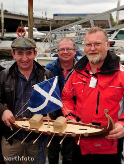 Készülnek vízre bocsátani a hajómodellt - a férj, Francis Mulcahy balról a második