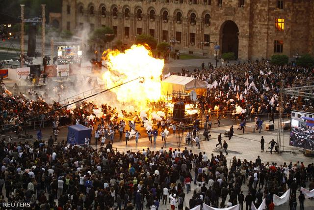 Lufirobbanás a jereváni Köztársaság téren