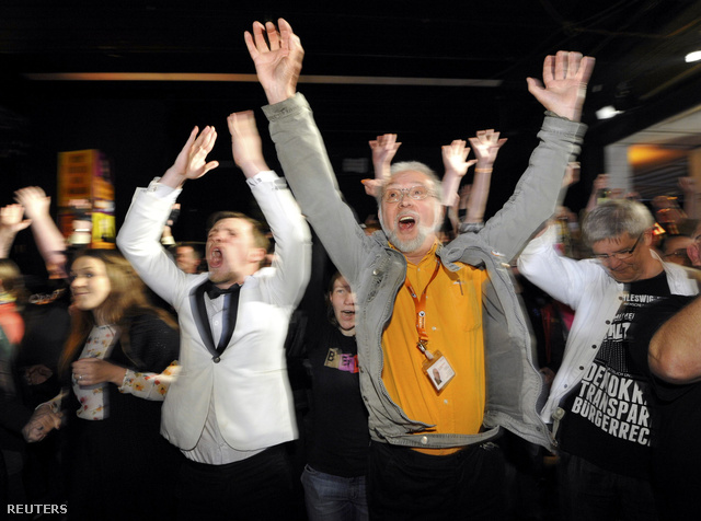 Schleswig-Holstein-i kalózpárt támogatói örvendenek az exit pollok láttán