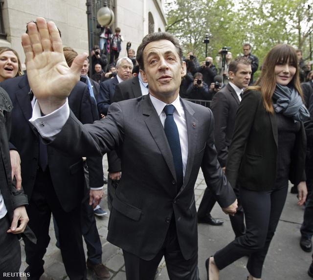 Sarkozy és Bruni távoznak a szavazóhelyiségből miután leadták szavazatukat