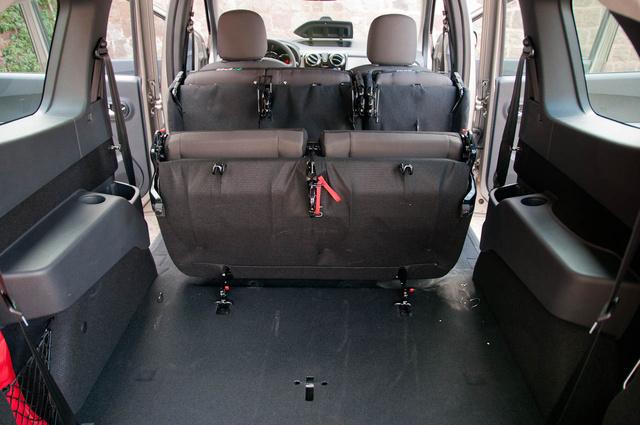 Ezért jó a Kangoo hátsó futóműve. Ha kivennénk az üléseket, majdnem sík padlót kapnánk