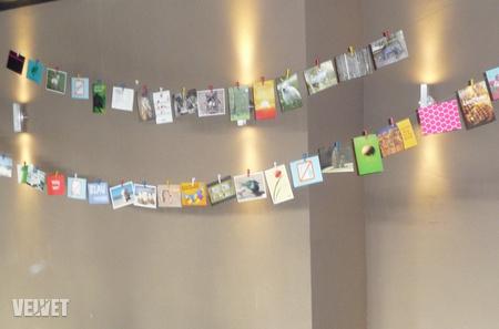 Így várták a képeslapok, hogy a násznép tagjai leszedegessék és magukkal vigyék őket, majd a rajtuk szereplő napon feladják postán a rajtuk szereplő címre - az ifjú párnak