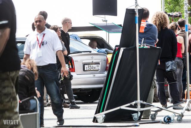 A jelenetben egy taxi hátsó ülésén ült