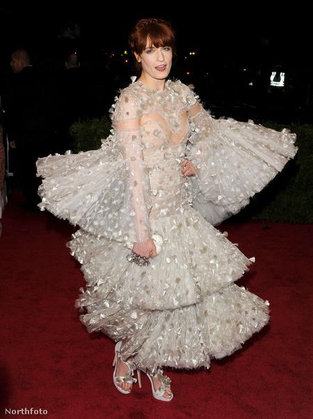 De talán nem annyira, mint Florence Welch, aki Alexander McQueen-kreációban jelent meg az eseményen