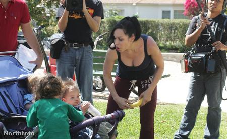 Nadya Suleman gyerekeit pesztrálja egy forgatócsoport kíséretében