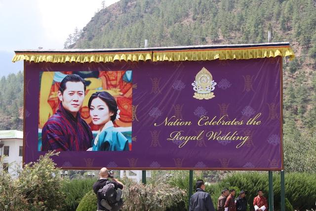 Óriásplakát a királyi párról