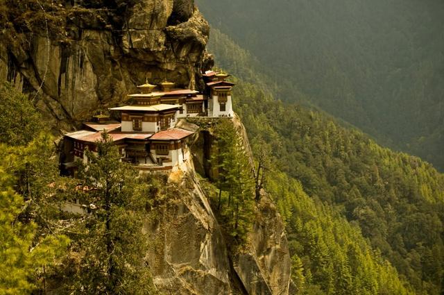 Paro Taktsang, a Tigris Fészke, Bhután jelképének tekinthető buddhista kolostor 3120 méteren a sziklafalban