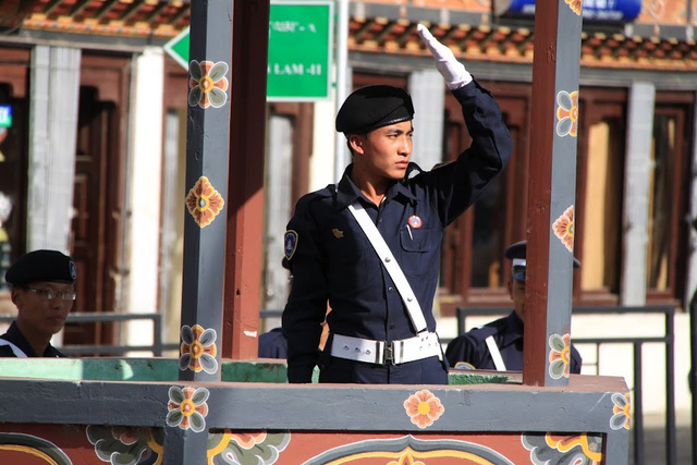 Rendőr irányítja a forgalmat Thimphuban, a fővárosban