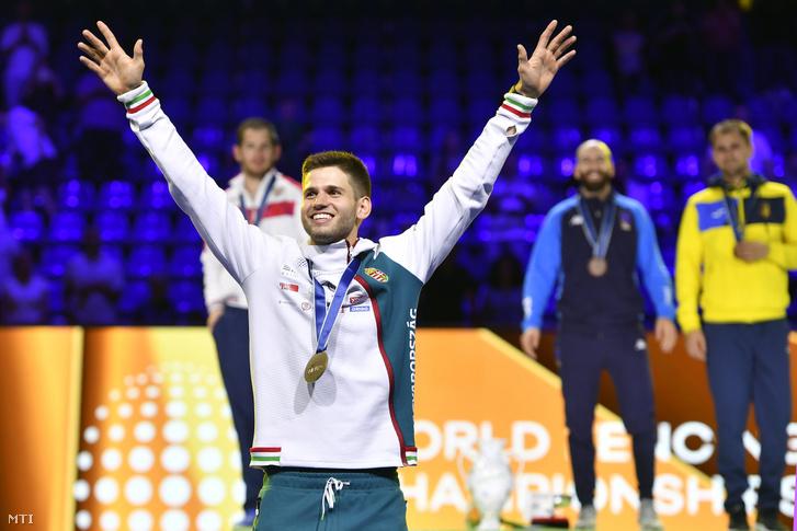 Az aranyérmes Siklósi Gergely a vívó-világbajnokság férfi párbajtőr versenyének eredményhirdetése után a budapesti BOK Csarnokban 2019. július 19-én.