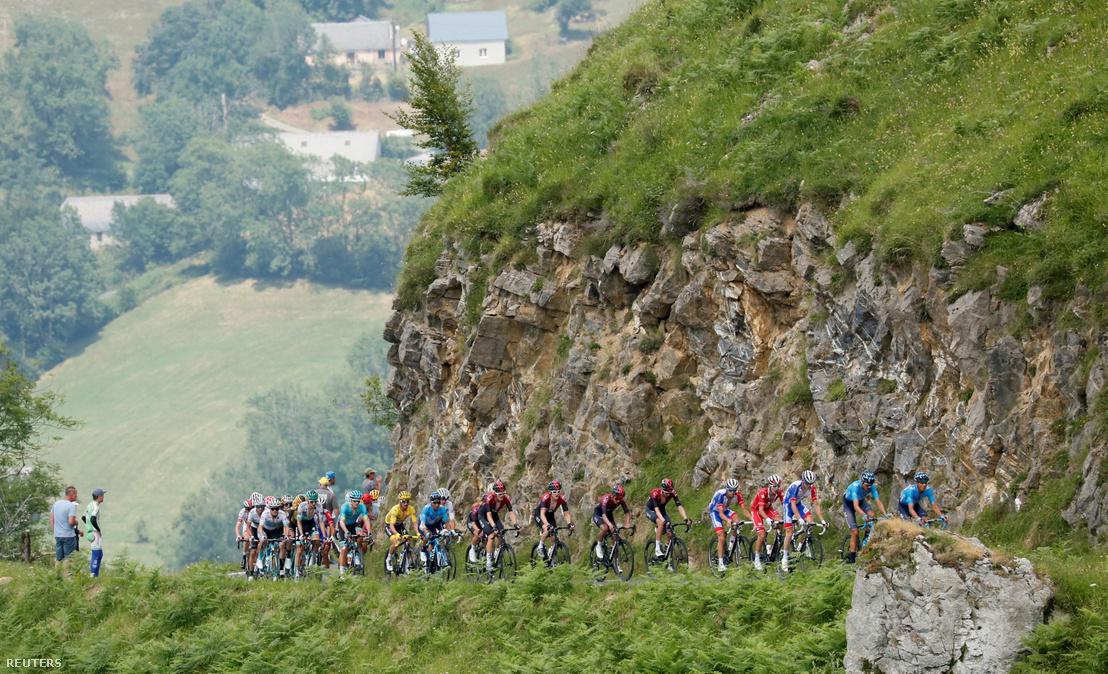 Versenyzők a Tour de France 14. szakaszán 2019. július 20-án.