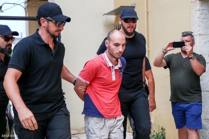 Rendőrök kísérik azt a férfit, akit Suzanne Eaton meggyilkolásával gyanúsítanak 2019. július 16-án Krétán.