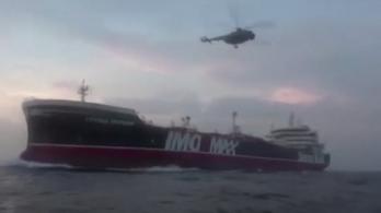 Videón látható, ahogy az iráni Forradalmi Gárda kommandósai elfoglalják a brit hajót