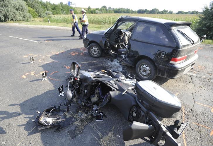 Sérült motorkerékpár és személygépkocsi miután összeütköztek a 400-as úton Üllő és Vecsés között 2019. július 20-án.