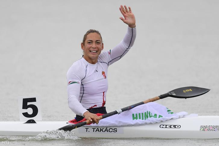 Takács Tamara miután elsőként ért célba a női kajak egyesek 500 méteres döntőjében a plovdivi kajak-kenu Európa-bajnokságon 2017. július 16-án.