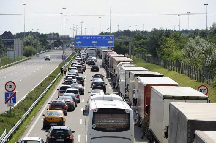 Kilépésre várakozó jármûvek az M5-ös autópályán a röszkei határátkelőhely előtt 2014. augusztus 1-jén.