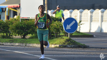 Zokniban futotta le és nyerte meg a félmaratont