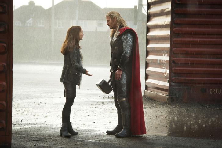 Natalie Portman és Chris Hemsworth a Thor: Sötét világ című filmben