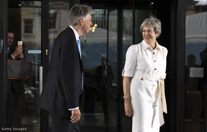 Theresa May még miniszterelnökként, és Philip Hammond a Konzervatív Párt éves gyűlésére trat 2018. október 1-jén.