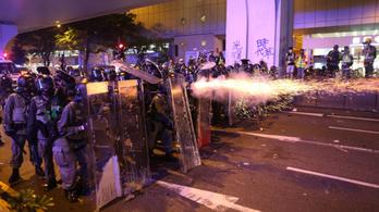Maszkos ellentüntetők támadtak a kormányellenes demonstrálókra Hongkongban