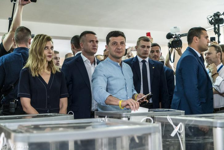 Volodimir Zelenszkij elnök leadja szavazatát
